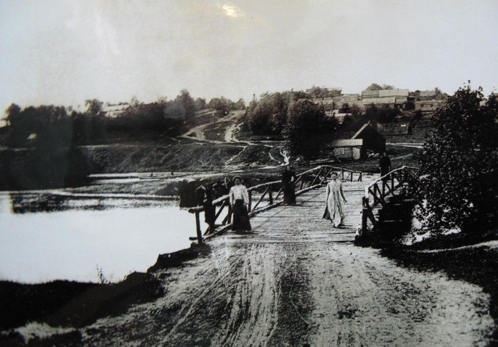 Барышни на мосту через Учу. Столетие назад